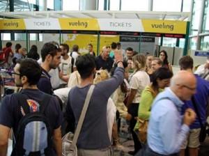 Fiumicino: ancora caos Vueling, passeggeri lanciano bottigliette contro hostess