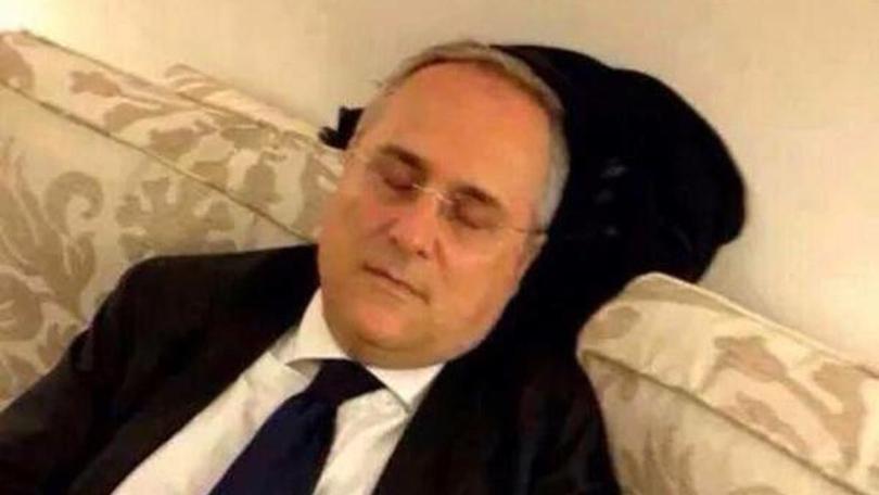 Claudio Lotito dorme su divano. Le fatiche del calciomercato