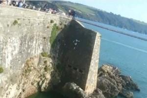 VIDEO YouTube - Si tuffa da scogliera alta 20 metri e...