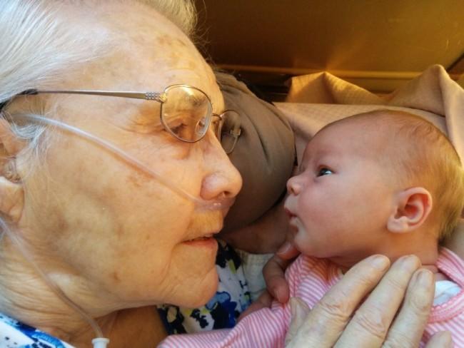 Neonata incontra bisnonna di 92 anni: FOTO è virale