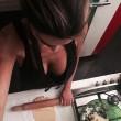 Cecilia Capriotti, foto sexy in cucina: mattarello, lasagne