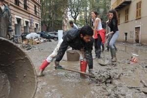 Città allagate per tombini? A Genova volontari li puliscono