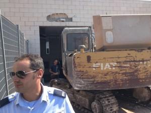 Bari, sportello bancomat sradicato con escavatore