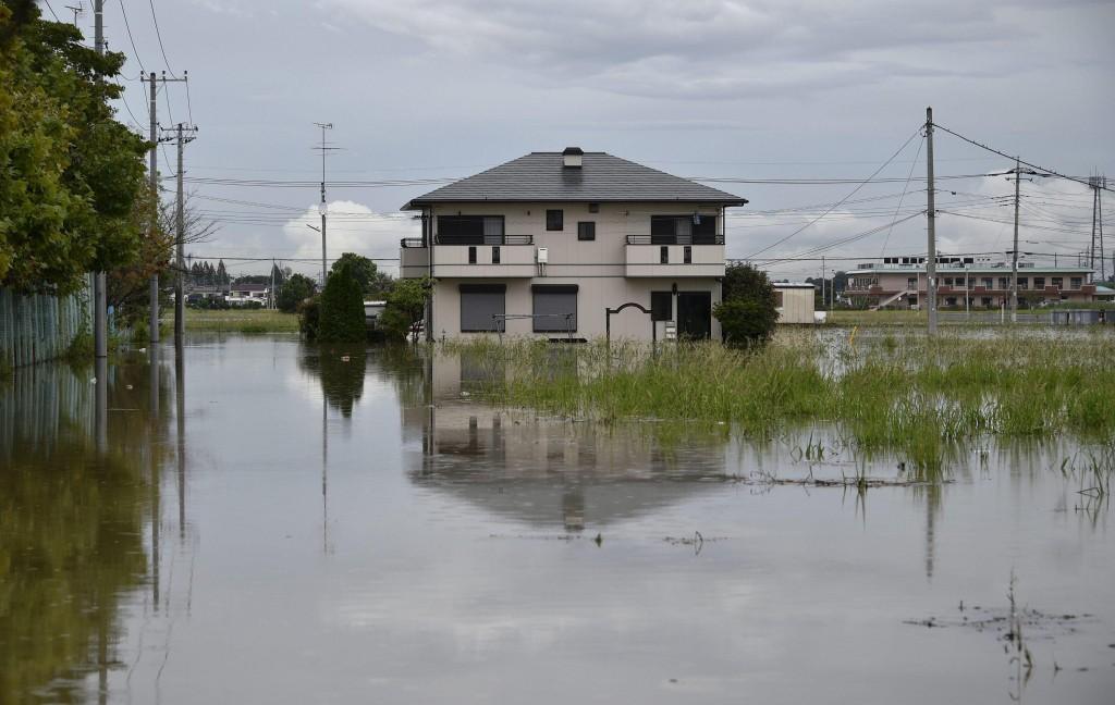 Giappone si rifugiano su tetti alluvione porta via case for Giappone case