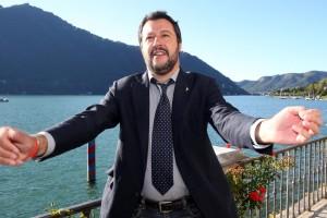 Matteo Salvini: Renzi verme squallido, usa foto bimbo morto