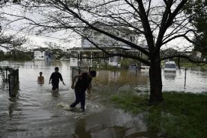 Giappone, si rifugiano su tetti: alluvione porta via case