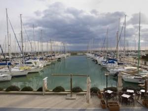 Ostia, barca si incaglia su scogli: 6 turisti salvati