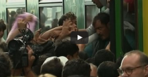 Assalto ai treni  Nessuno vuole più scendere e la polizia carica
