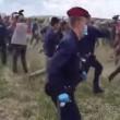 Video YouTube reporter ungherese fa sgambetto a migranti (2)