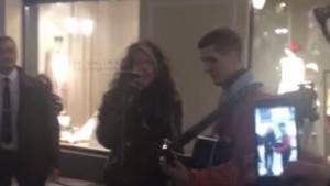 Steven Tyler canta con l'artista di strada