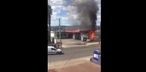 auto in fiamme, agente salva occupanti