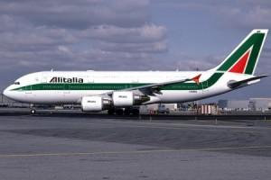 Alitalia, atterraggio d'emergenza a Parigi