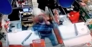 Video YouTube: anziana stesa con pugno a cassa supermercato