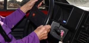 Napoli, patente rinnovata a 92 anni: investe due persone