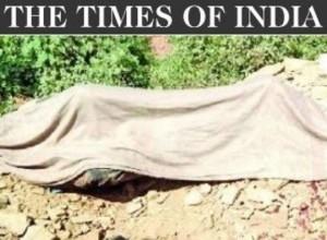 India. Cade in buca e sviene: asfaltato vivo in strada