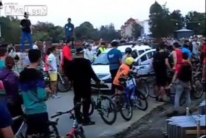 VIDEO YouTube. Autista ubriaco tra ciclisti, loro: Vaffa...