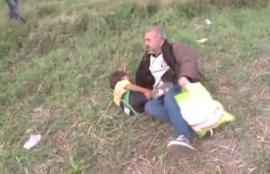 Reporter anti profugo:, papà a terra, bimbo piange