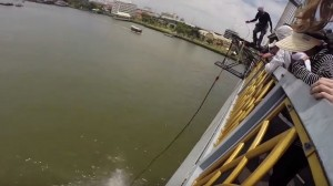 VIDEO YouTube - Bungee jumping dal ponte finisce male