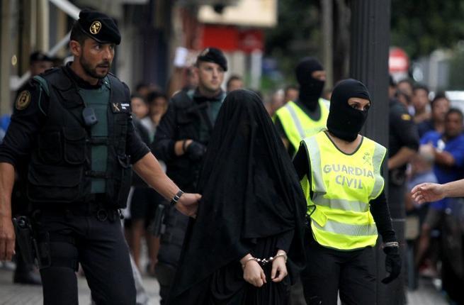 Spagna: donna Isis arrestata costretta dalla polizia a...