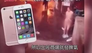 niente iPhone da fidanzato: lei nuda in strada