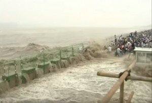 mega onda sul fiume Qiantang travolge turisti