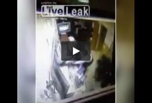 Tenta di scappare da commissariato e resta in mutande VIDEO