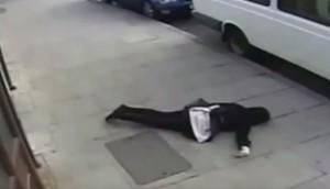 VIDEO YouTube - Donna con velo Islam presa a pugni a Londra