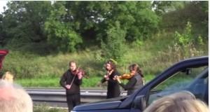 Gb, quartetto d'archi suona tra le auto ferme