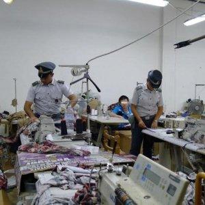 Bambino di 8 anni al lavoro in fabbrica di griffe false