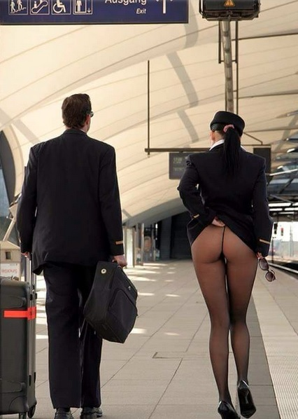 Hostess hot in aeroporto, senza mutande sotto la gonna