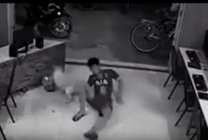 VIDEO YouTube, prova a dare calcio a un cane ma il karma...