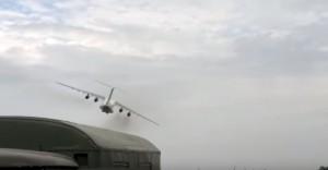 jet militare vola basso: commilitoni si spaventano