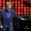 "Gay, Elton John: ""Putin m'ha chiamato"". Mosca nega. Scherzo?"