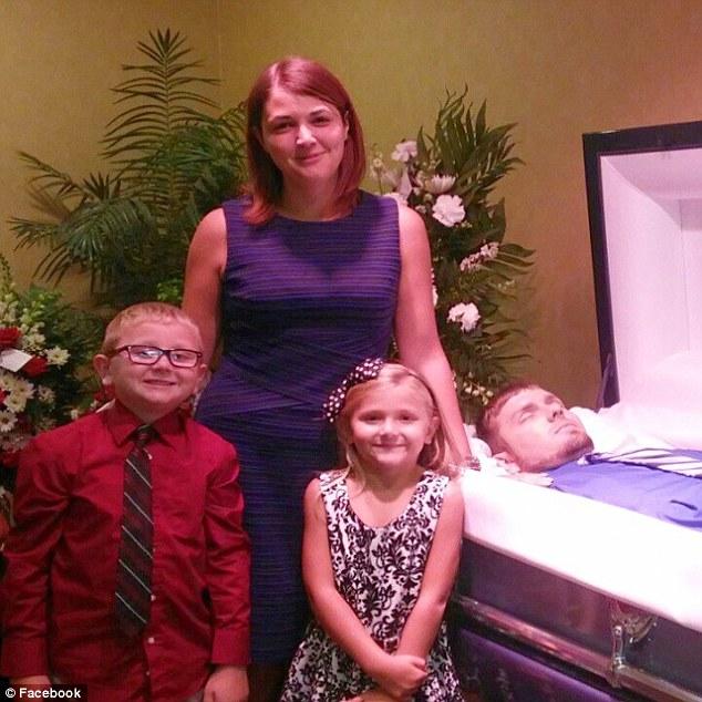 Eva Holland, FOTO con figli davanti a bara marito perché...