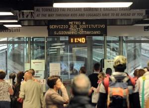Metro Roma, vagone perde pezzo (2 m per 1): danni stazioni