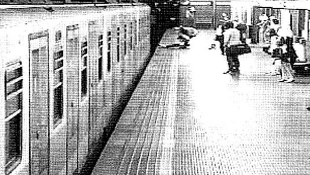 Milano, salva donna da suicidio: chi è l'eroe della metro?