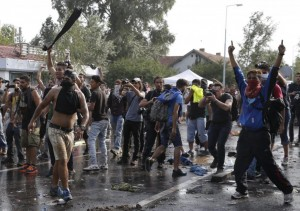 """Ungheria, lacrimogeni su migranti. Orban: """"Muro con Croazia"""""""