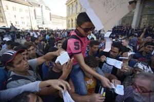 Migranti, nuovo piano Ue 4 volte più solidale: ridistribuirne 120mila