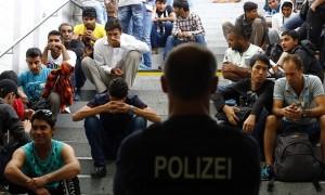 Ungheria: muro più in fretta. Germania: 500mila profughi