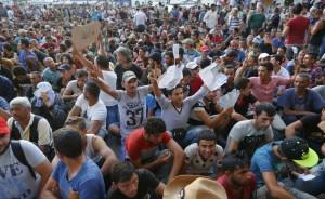 Migranti: Usa ne accolgono 10mila, Macedonia vuole il muro