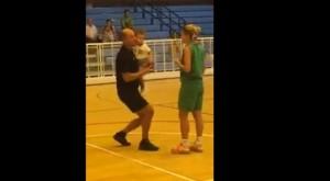 Arbitro chiede mano capitano squadra basket femminile