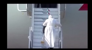 VIDEO YOUTUBE Papa Francesco scivola su scale aereo: no aiuto