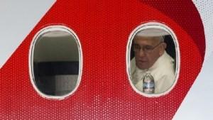 In aeroporto armato per Papa. Ma sbaglia, segue corteo Renzi