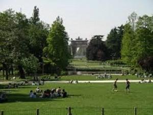 Milano, tedesca balla nuda in Parco Sempione