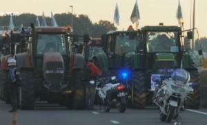 Agricoltori in piazza: 1500 trattori bloccano Parigi