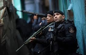 Rio De Janeiro, banda di 30 ragazzi assalta negozi e turisti