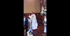"Don Bruno canta ""Mamma Maria"" in chiesa"