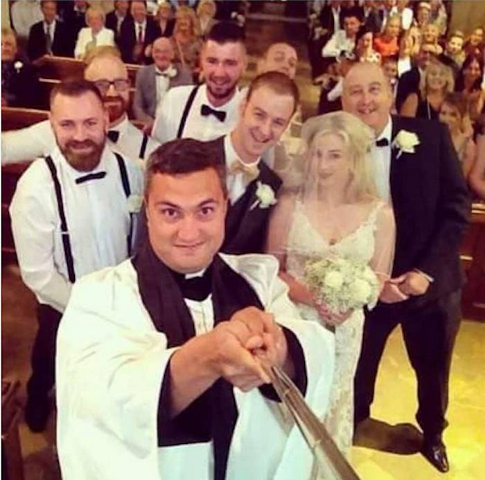 Selfie sull'altare: il prete sfodera l'asta alle nozze