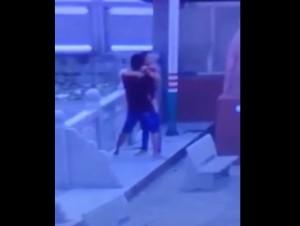 VIDEO YouTube - Sesso in strada, anziano si avvicina e...