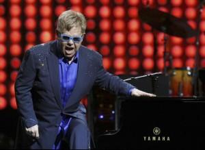 """Elton John vuole incontrare Putin: """"Parliamo di diritti gay"""""""